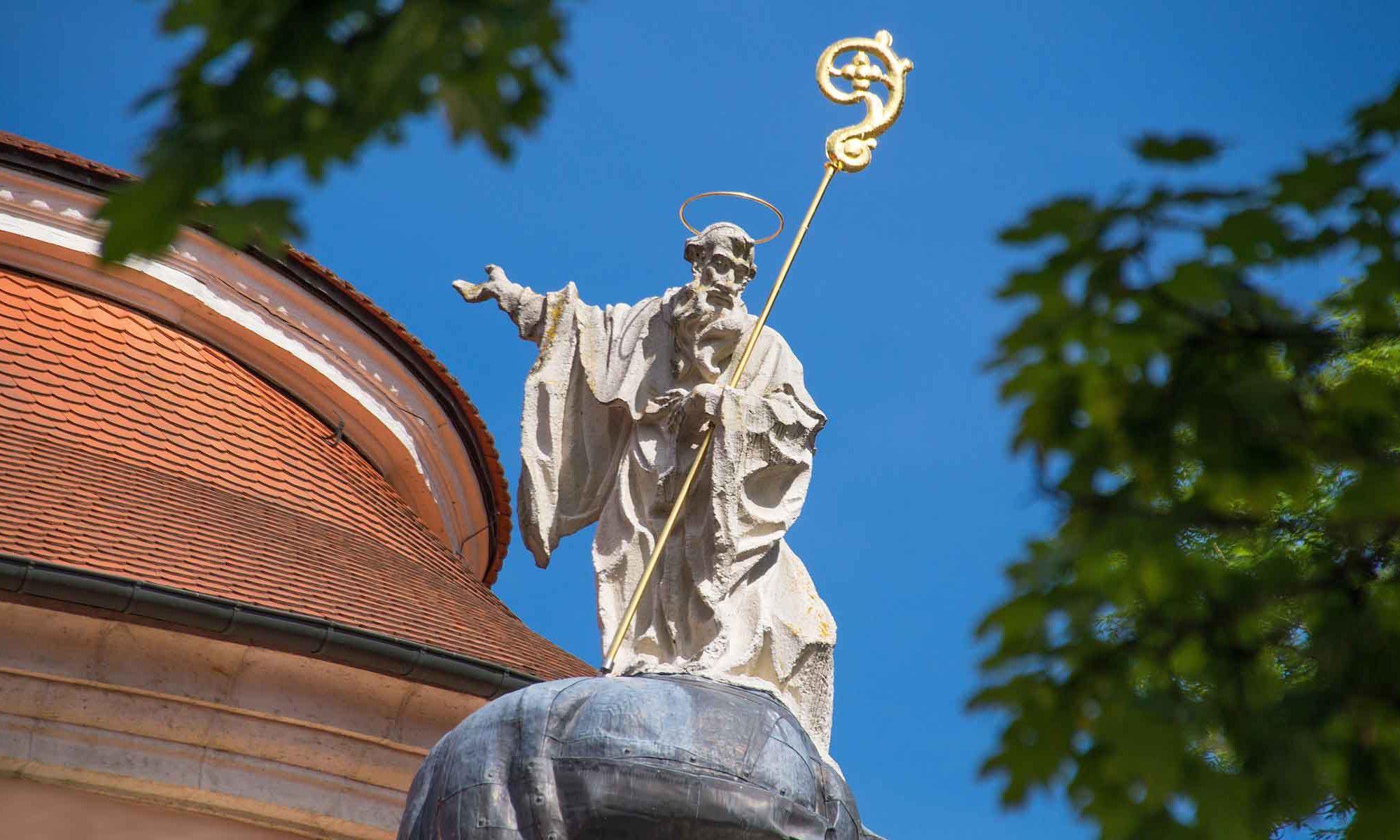 St. Benedikt über dem Kirchenportal der Abteikirche St. Georg zu Weltenburg