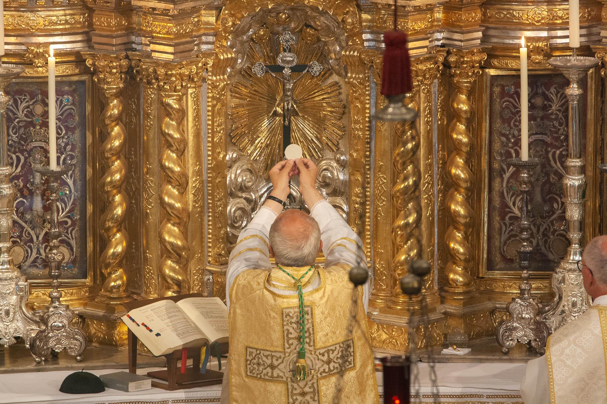 Abt Thomas bei der Heiligen Messe am Hochaltar der Abteikirche Sankt Georg